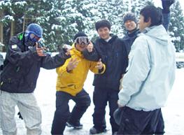 ゲレンデにて。会社の後輩や友人たちと滑りに行きました。